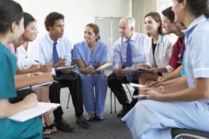 42164328-personnel-médical-assis-dans-le-cercle-lors-de-l-assemblée-case